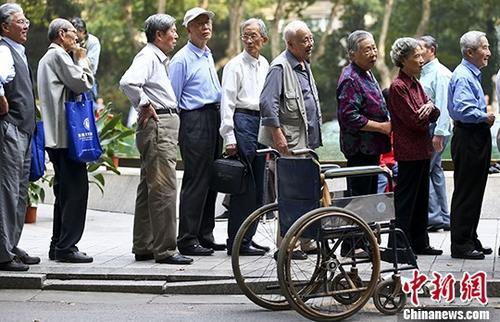 资料图:南京一所高校的退休教师们排队参加活动。 记者 泱波 摄