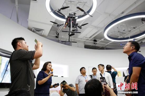 7月11日,华裔杰出青年代表参观科技产品。中新社记者 韩海丹 摄