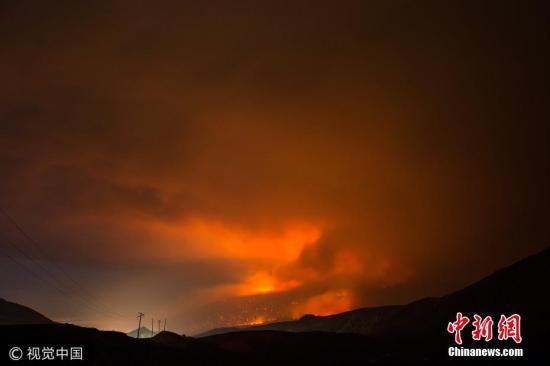 当地时间2017年7月10日,加拿大卑诗省卡什溪镇,当地山火火势凶猛,火光映天。据报道,加拿大西部卑诗省正遭遇罕见山火。面对蔓延数日、有失控之虞的火势,已有约七千人被疏散。 图片来源:视觉中国
