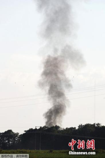 报道称,这架美国海军陆战队KC-130空中加油机,在密西西比州杰克逊县北部高速路旁坠毁。图为坠机现场冒出黑烟。