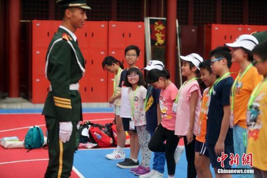 7月11日,澳门葡京网上娱乐欢迎您小学生参观武警北京总队天安门国旗护卫队,并体验军事训练。来自2017《基本法》澳门葡京网上娱乐欢迎您校际问答比赛学习团的百名小学生,于7月9日至14日在北京参观访问。期间他们将听取《基本法》讲座、参观外交部、航天城、清华大学、拜访教育部。中新社记者 张宇 摄