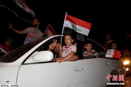 图为摩苏尔的民众庆祝全面解放。