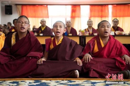 7月10日,西藏佛学院首届少年活佛班7名学员完成三年小学阶段任务,顺利毕业。图为少年活佛班学员背诵《入菩萨行论》。毕业典礼后西藏佛学院举行首届少年活佛班的小学毕业成果展示活动。 中新社记者 何蓬磊 摄
