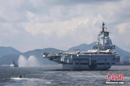 7月11日上午,在顺利完成停靠香港期间的各项工作任务之后,中国人民解放军海军辽宁舰编队驶离香港。 记者 谢光磊 摄