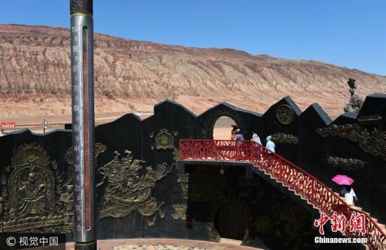 2017年7月9日,新疆吐鲁番,连日来,新疆吐鲁番持续出现高温天气,最高气温达48摄氏度,当地气象部门发布了高温红色预警,提醒市民和游客做好防暑降温。 图片来源:视觉中国