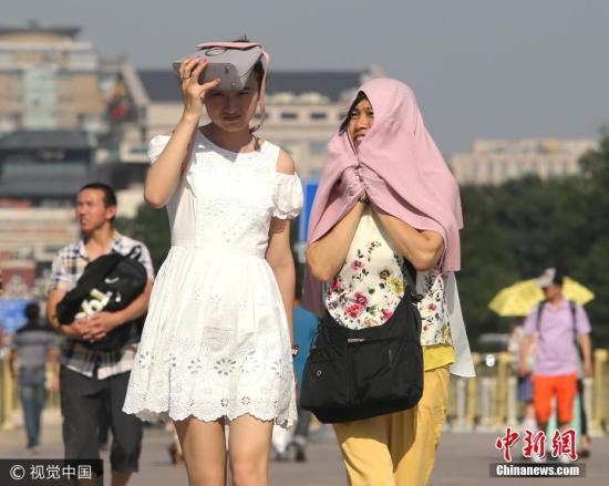 """连日来,""""热""""成为街头巷尾热议的话题。根据最新气象预报,未来10天,中国中东部地区将迎来今年来范围最广、强度最强高温天气,最强时段,预计全国高温面积可达364万平方公里,将覆盖21个省份。 2017年7月10日,游客冒酷暑游览天安门广场。当天北京迎来""""上蒸下煮模式"""",最高气温达到36度。北京气象台高温黄色预警仍在持续中。图片来源:视觉中国"""