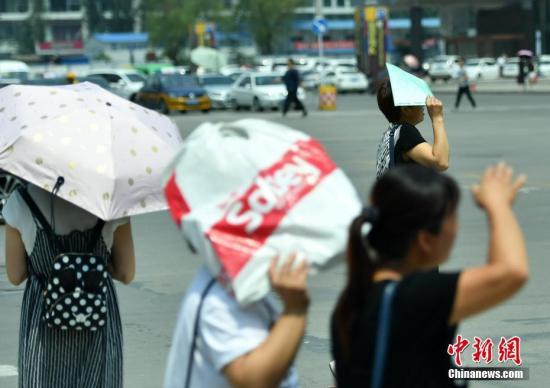 7月11日,河北石家庄民众高温中出行。该省气象台发布高温红色预警信号,受强暖气团影响,预计当日下午,部分地区最高气温可达37-39℃,局地超过40℃。 <a target='_blank' href='http://www.chinanews.com/' _fcksavedurl='http://www.chinanews.com/'>中新社</a>记者 翟羽佳 摄