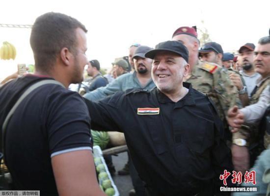 资料图片;伊拉克总理阿巴迪在摩苏尔与伊拉克士兵交谈。