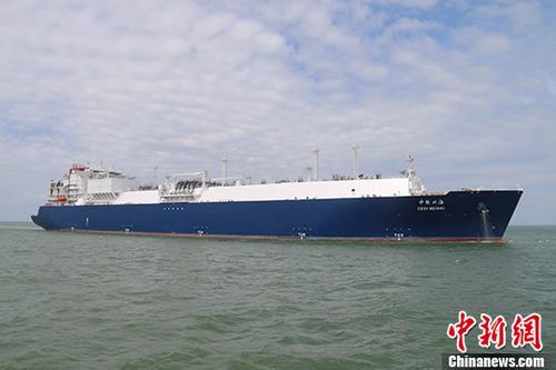 """7月9日,""""中能北海""""号LNG船舶在广西北海LNG接收站码头顺利完成17.4万立方LNG,折合1亿立方米天然气的装卸任务,于7月10日离港前往澳大利亚。据介绍,该船将为中国大西南清洁能源市场的稳定供应提供更为有力的保障。 <a target='_blank' href='http://www.chinanews.com/'>中新社</a>记者 段武修 摄"""