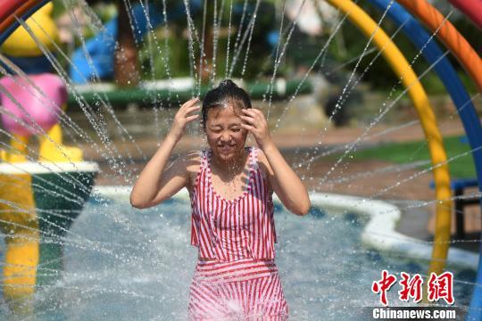 """重庆发布""""高温橙色预警""""信号 市民水中纳凉战高温。陈超 摄"""