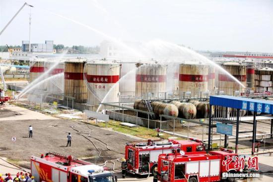 资料图:湖北咸宁消防、安监、环保、卫生、气象等多部门举行危险化学品生产安全事故应急救援演练。朱燕林 摄