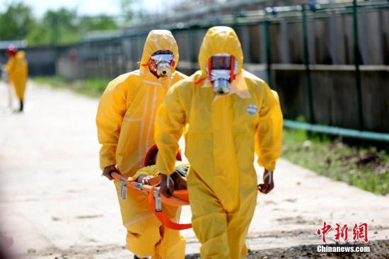资料图:湖北咸宁消防、安监、环保、卫生、气象等多部门在该市嘉鱼县举行危险化学品生产安全事故应急救援演练。朱燕林 摄