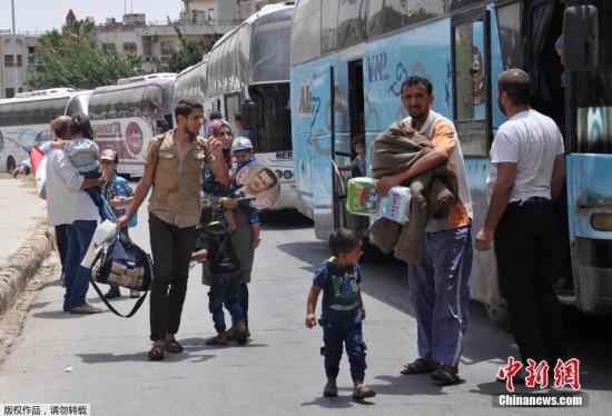 """资料图:当地时间2017年7月11日,叙利亚霍姆斯瓦伊尔区,从杰拉布卢斯撤离的平民抵达当地。10号,俄罗斯外长拉夫罗夫说,俄美约三国还正在约旦首都安曼组建""""停火情况监督中心"""",以监督叙利亚西南部停火协议的遵守情况,而这一中心将与叙利亚政府军和反对派代表直接联系。这份停火协议从当地时间9号中午生效,截至目前,停火涉及的德拉、库奈特拉和苏韦达等省份的局势都相对平静。文字来源:央视网"""