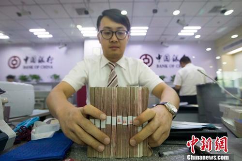 7月12日,山西太原,银行工作人员清点货币。当日,中国央行披露数据显示,2017年6月末社会融资规模存量统计数据报告。报告显示,2017年6月末社会融资规模存量为166.92万亿元,同比增长12.8%。 <a target='_blank' href='http://www.chinanews.com/'>中新社</a>记者 张云 摄