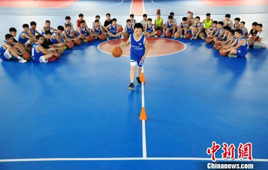 7月11日,在江西省万载县金锐篮球训练馆,一位学生正在教练指导下进行篮球训练。 邓龙华 摄