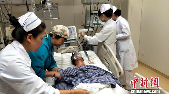 资料图:湖南一医院,医护人员为患者插上医疗仪器。 徐志雄 摄