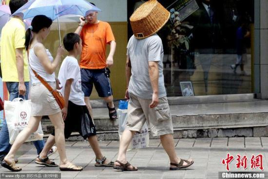 出门购物,讲究环保,能自己带着购物袋,就不用塑料袋。但如果恰好带的是一个筐,那就更厉害了,环保的同时还能防晒,何乐而不为。   图为2006年7月15日,重庆6个地区的最高温度已经超过了40℃,市气象台首次发布入夏以来的高温红色预警,市民出行防暑用上杂货篮。黄海 摄 图片来源:CFP视觉中国