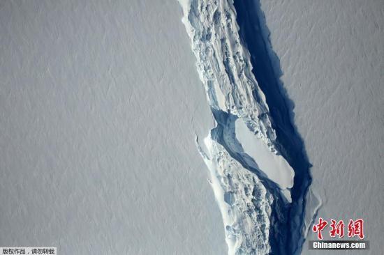 图为2016年NASA在官网公布了一张南极洲最大冰架――拉森C冰架裂口的照片。