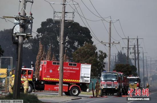 当地时间7月13日,澳大利亚墨尔本一回收中心发生火灾,消防员现场灭火。