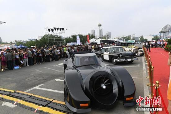 """资料图为""""蝙蝠侠战车""""在长春汽博会上炫酷亮相,科幻的外型吸引了众多市民的目光。 张瑶 摄"""