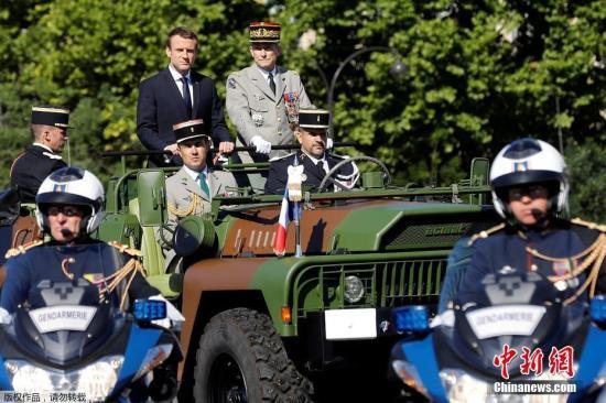 法国总统马克龙检阅士兵。