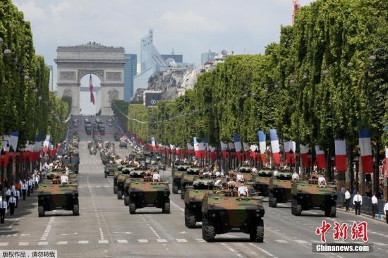 法国轮式装甲车参加阅兵式。