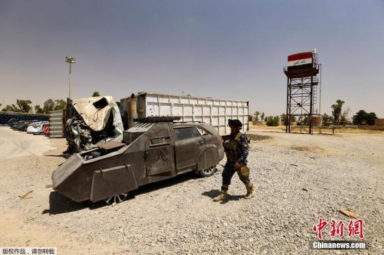 """当地时间2017年7月13日,伊拉克摩苏尔,伊拉克联邦警察没收""""伊斯兰国""""武装分子制造的自杀式爆炸汽车和作战武器。"""