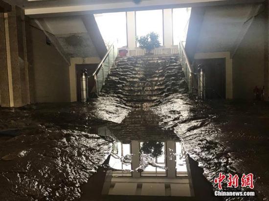 洪水在室内留下的淤泥。苍雁 摄