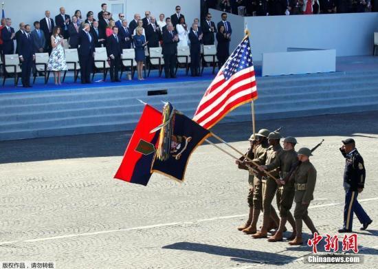 美军士兵身着一战军服参加阅兵式。