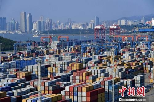 资料图:繁忙的福建厦门海沧嵩屿码头。中新社记者 王东明 摄