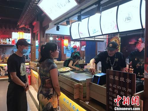 7月14日,台湾十大夜市之一的高雄六合夜市进驻北京。 中新社记者 杨程晨 摄