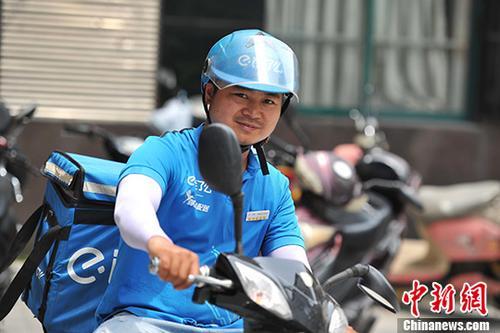 资料图:江西南昌一外卖小哥正在送餐。 中新社记者 刘占昆 摄