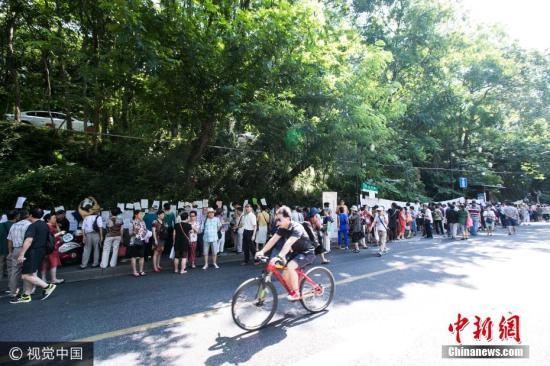 这处相亲会在杭州久负盛名,每周六上午都会举行,在马路两边贴满了各种相亲信息,贴着的大部分都是70后80后年轻人的信息。图片来源:视觉中国