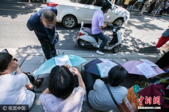 资料图:杭州大爷大妈冒高温蹲相亲角 设有海外学子专区 。图片来源:视觉中国