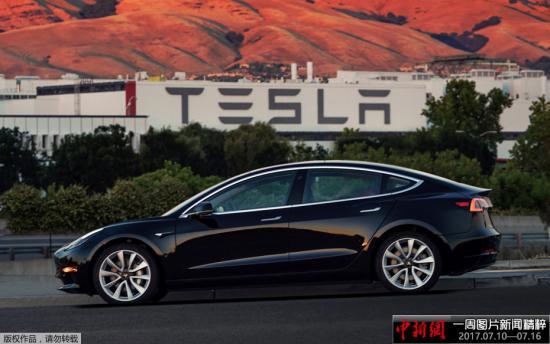 资料图:当地时间2017年7月10日,美国加州费利蒙市,世界上第一辆特斯拉Model 3正式组装下线。