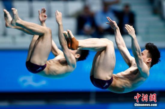 资料图:当地时间7月15日,2017国际泳联世锦赛跳水男双3米板决赛在布达佩斯举行,中国组合曹缘、谢思埸在前5轮领先的情况下最后一跳遭对手逆转,最终以总分443.40摘得银牌。 中新社记者 富田 摄
