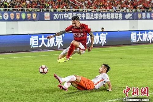 资料图:广州恒大球员在比赛中。 <a target='_blank' href='http://www.chinanews.com/'>中新社</a>记者 陈骥�F 摄