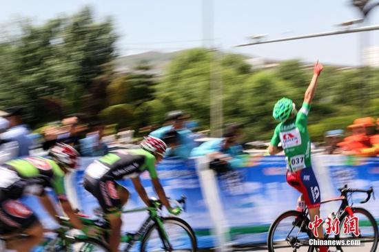 2017年7月17日,第16届环青海湖国际公路自行车赛第二赛段西宁绕圈赛今日开赛,总里程114公里(14.4公里*8圈),共设3个途中冲刺点(2、4、6圈),起终点位于五四西路通海路口。图为来自斯洛文尼亚艾德里亚莫贝尔车队的杜桑庆祝夺冠。 <a target='_blank' href='http://www.chinanews.com/' >中新网</a>记者 翟璐 摄