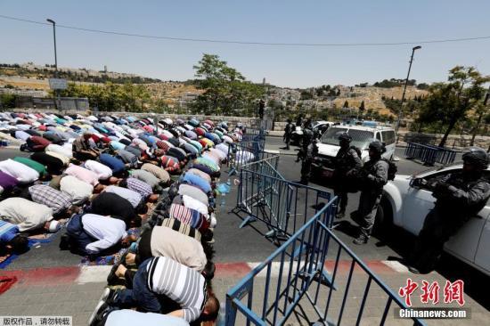 """当地时间2017年7月16日,耶路撒冷,以色列重新开放了阿克萨清真寺,但是巴勒斯坦穆斯林拒绝进入。以色列警方在通往圣殿山的入口以及阿克萨清真寺门口加装金属探测器,并将在该区域加设摄像头。负责管理阿克萨清真寺等宗教设施的伊斯兰宗教基金会以以色列警方此举导致""""现状发生改变""""为由,拒绝向警方开放阿克萨清真寺大门并要求穆斯林在以色列警方新增安保设施拆除前不要前往阿克萨清真寺。 7月14日,三名以色列警察在圣殿山外遭枪击,其中两人身亡。事发后,以色列警方封锁阿克萨清真寺,禁止穆斯林前往礼拜,并关闭耶路撒冷老城穆斯林区大部分商铺以及东耶路撒冷主要商业街店铺,封锁耶路撒冷老城附近交通。图为7月14日,巴..."""