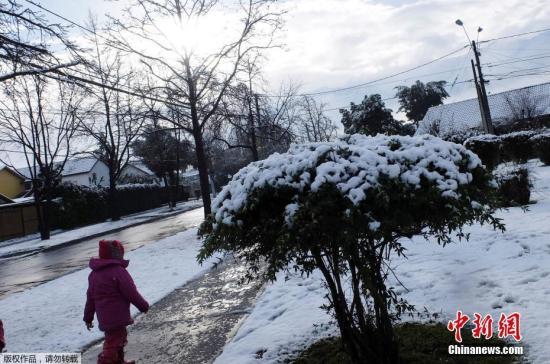 根据智利国家紧急办公室的数据,圣地亚哥部分地区的降雪达到了40厘米,数以万计的人无电可用。