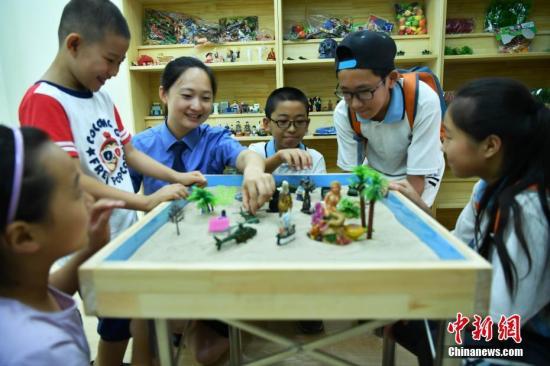 資料圖:未成年人心理疏導室,孩子們在體驗沙盤游戲。中新社記者 翟羽佳 攝