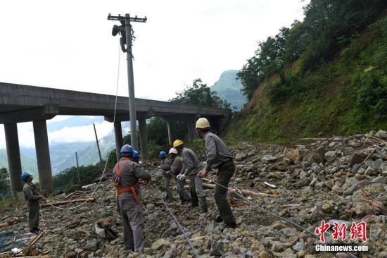湖北省五峰土家族自治县7月14日至15日遭遇特大暴雨袭击,导致山洪暴发、河水猛涨,基础设施、水利设施损失严重。图为电力工人紧急抢修受损的线路。雷勇 摄