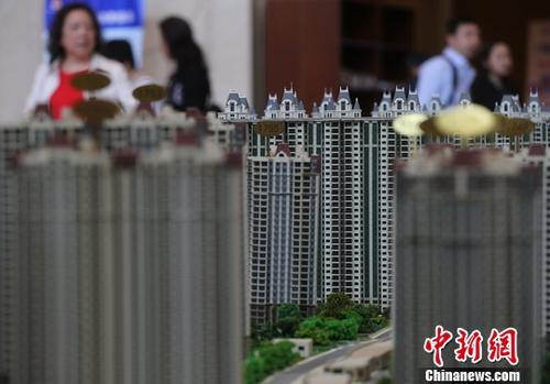 图为4月19日,市民在南京一家楼盘的售楼处内咨询。 <a target='_blank' href='http://www.chinanews.com/'>中新社</a>记者 泱波 摄