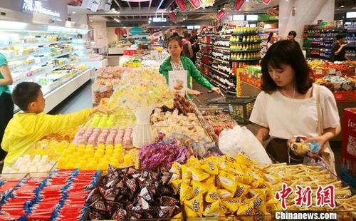 材料图R∩皆某超市内正正在选购糖果的公众。 a target='_blank' href='http://www.chinanews.com/'种孤社/a记者 刘忠俊 摄