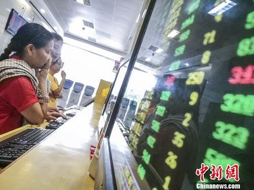 资料图:7月17日,海口某证券公司营业部的股民关注股市动态。 <a target='_blank' href='http://www.chinanews.com/'>中新社</a>记者 骆云飞 摄