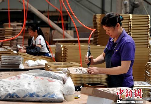 资料图:厦门某企业生产车间,工人正在流水线上作业。 <a target='_blank' href='http://www.chinanews.com/'>中新社</a>记者 张斌 摄