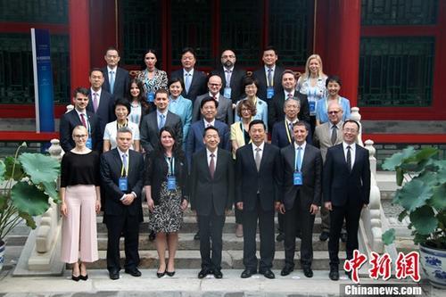 """7月17日,由国务院新闻办公室主办的中国-中东欧国家新闻发言人对话会在北京举行。国务院新闻办公室主任蒋建国(前排中)出席对话会开幕式并致辞。本次对话会的主题为""""'一带一路'与全球化沟通""""。 <a target='_blank' href='http://www.chinanews.com/'>中新社</a>记者 李洋 摄"""