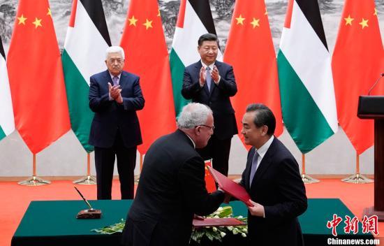 7月18日,中国国家主席习近平在北京人民大会堂同巴勒斯坦国总统阿巴斯举行会谈。会谈后,两国元首共同见证了外交、经济、人员培训和文化等领域双边合作文件的签署。中新社记者 杜洋 摄