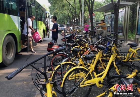 共享单车挤满北京一处公交站台,对公交车的运行产生一定影响(资料图)。中新社记者 刘关关 摄