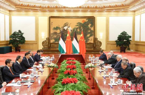 7月18日,中国国家主席习近平在北京人民大会堂同巴勒斯坦国总统阿巴斯举行会谈。中新社记者 杜洋 摄